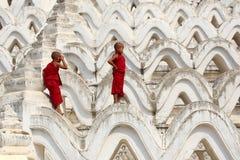 Послушник 2 Мьянмы взбирался пагода стоковое изображение rf