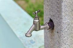 Потек воды от водопроводного крана в парке Стоковая Фотография RF