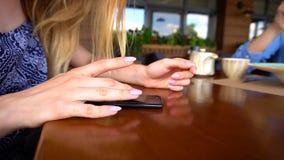 потеряйте вверх по рукам печатая сообщение smartphone на кафе Стоковое Изображение RF