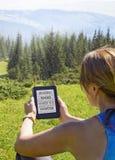 потеряйте-вверх eBook чтения женщины в природе стоковые фотографии rf