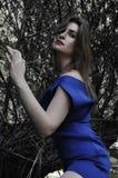 Потерянная девушка самостоятельно в лесе Стоковое Фото