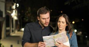 Потерянные пары ища положение в карте в ночи акции видеоматериалы