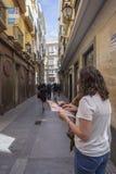 Потерянные туристы смотрят карту города в типичной и узкий Стоковые Фото
