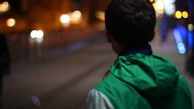Потерянный гражданин туриста не смотря ищущ ночу карты положения видеоматериал
