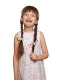 Потерянный портрет ребенка девушки зуба имея потеху, всход студии изолированный на белой предпосылке Стоковое Фото