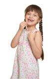Потерянный портрет ребенка девушки зуба имея потеху, всход студии изолированный на белой предпосылке Стоковое Изображение