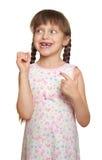 Потерянный портрет ребенка девушки зуба имея потеху, всход студии изолированный на белой предпосылке Стоковые Фото