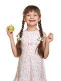 Потерянный портрет ребенка девушки зуба с зеленым яблоком, всходом студии изолированным на белой предпосылке Стоковое Изображение RF
