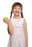 Потерянный портрет ребенка девушки зуба с зеленым яблоком, всходом студии на белой предпосылке Стоковые Фото