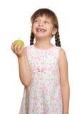 Потерянный портрет ребенка девушки зуба с зеленым яблоком, всходом студии изолированным на белой предпосылке Стоковые Изображения RF