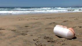 Потерянный пластичный обвайзер загрязняя дезертированный пляж акции видеоматериалы