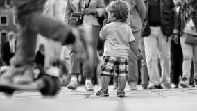 потерянный ребенок Ребёнок есть плюшку стоковые фотографии rf