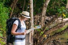Потерянный турист с картой и рюкзаком смотрит Стоковое Изображение RF