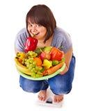 Потеря веса женщины на масштабах. Стоковая Фотография
