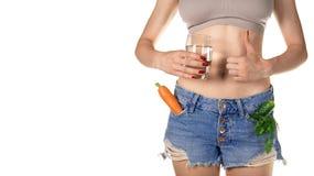 Потеря веса и здоровая концепция еды Тонкая девушка в сорванном демикотоне стоковое фото