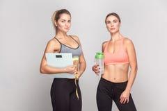 Потеря веса, концепция диеты Сексуальный инструктор 2 в верхней части смотря Стоковые Изображения RF