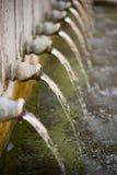 Потеря воды - падение воды от водопроводных кранов стоковое изображение