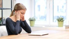 Потеря дела для девушки работая на компьтер-книжке Стоковая Фотография RF