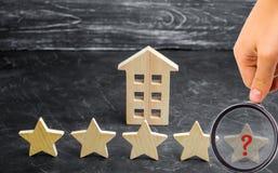 Потеря пятой звезды ресторана или гостиницы Падение в оценку и опознавание : стоковое изображение rf