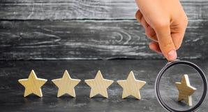 Потеря пятой звезды ресторана или гостиницы Падение в оценку и опознавание : стоковые фотографии rf