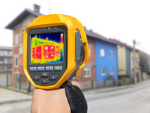 Потеря тепла записи на доме с или без фасада стоковое фото