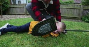 Потеха в саде с папой сток-видео