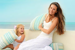 потеха дочи имеет ее детенышей мати напольных Стоковое Фото