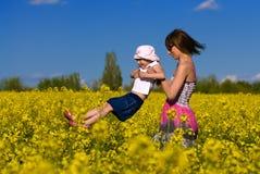 потеха дочи co имея ее детенышей мати Стоковое Изображение RF
