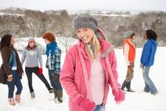 потеха друзей имея детенышей снежка Стоковое фото RF