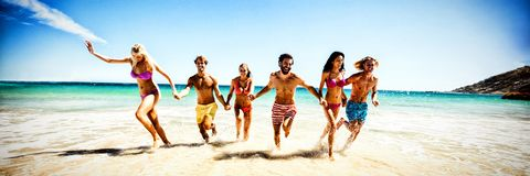 потеха друзей пляжа имея стоковое изображение rf