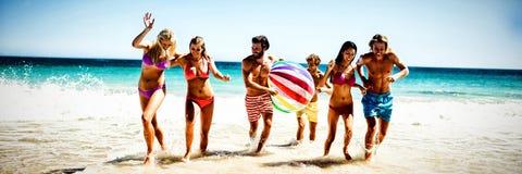 потеха друзей пляжа имея стоковые изображения rf