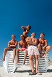 потеха друзей пляжа имея Стоковые Фото