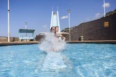 Потеха лета скольжения бассейна мальчика девушки Стоковые Фото