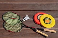 Потеха лета, frisbee, ракетки бадминтона, играя снаружи Стоковые Фотографии RF
