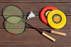 Потеха лета, frisbee, ракетки бадминтона, играя снаружи Стоковые Изображения RF