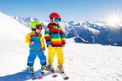Потеха зимы лыжи и снега для детей Кататься на лыжах детей Стоковое фото RF