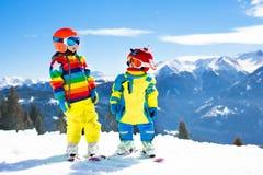 Потеха зимы лыжи и снега для детей Кататься на лыжах детей Стоковое Изображение RF