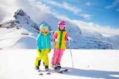 Потеха зимы лыжи и снега для детей Кататься на лыжах детей стоковая фотография rf