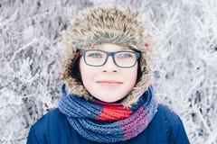 Потеха зимы - портрет счастливой девушки ребенка на прогулке зимы в природе Стоковое Фото