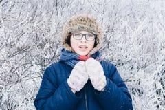 Потеха зимы - портрет счастливой девушки ребенка на прогулке зимы в природе Стоковые Изображения
