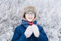 Потеха зимы - портрет счастливой девушки ребенка на прогулке зимы в природе Стоковые Фотографии RF