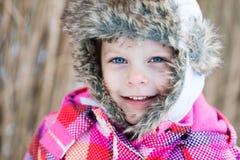 Потеха зимы - портрет счастливой девушки ребенка на прогулке зимы в na Стоковые Изображения