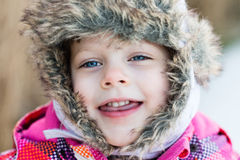 Потеха зимы - портрет счастливой девушки ребенка на прогулке зимы в na Стоковое Изображение RF