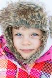Потеха зимы - портрет счастливой девушки ребенка на прогулке зимы Стоковое Изображение