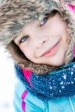 Потеха зимы - портрет счастливой девушки ребенка на прогулке зимы Стоковое Изображение RF