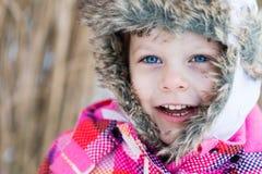 Потеха зимы - портрет счастливой девушки ребенка на прогулке зимы Стоковая Фотография