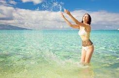 потеха имея брызгать детенышей женщины воды Стоковая Фотография