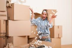 потеха имея детенышей женщины дома moving Стоковое фото RF