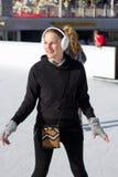 потеха имея детенышей женщины кататься на коньках льда Стоковая Фотография RF