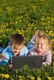 потеха имея компьтер-книжку outdoors 2 малышей Стоковые Фото